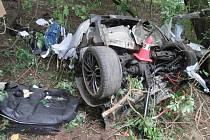 Devatenáctiletý řidič auta BMW boural v pondělí kolem desáté hodiny ráno do stromu u obce Horní Moštěnice.