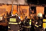 Požár střechy hospodářské budovy v Prusích u Beňova