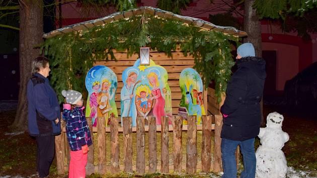 První sníh a výzdoba domů na Vánoce v Brodku u Přerova ve čtvrtek 3. prosince 2020.
