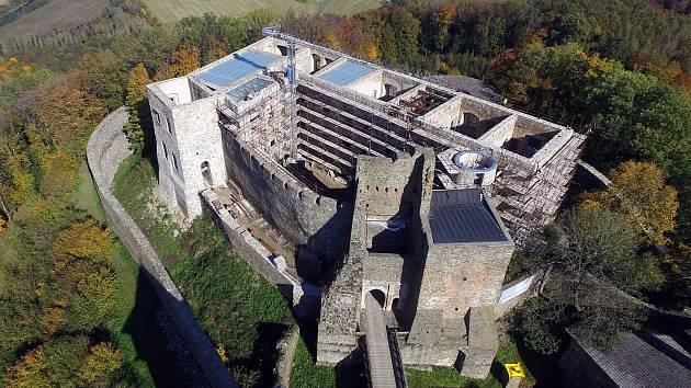 Rekonstruovaný hradní palác na hradě Helfštýn kryjí skleněné střechy.