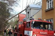 Strom na rodinný dům spadl ve středu dopoledne v ulici Na Hrázi v Přerově
