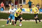 Fotbalisté Kozlovic (ve žlutém) v přípravném utkání s Otrokovicemi. Tomáš Strašák (za ním Martin Schlehr)