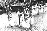 Průvod v rámci 100. výročí sněmu v Kroměříži. V popředí jsou dvě děvčata v kroji z Vlkoše.
