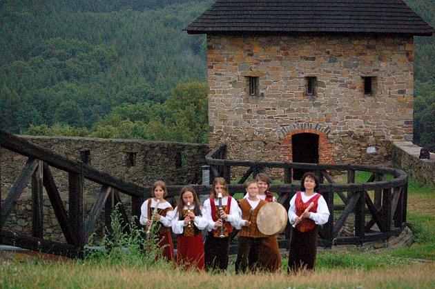 Srpen 2008.Dětský soubor zobcových fléten Flauto Giocoso zpříjemňoval prohlídky Helfštýna renesanční ilidovou hudbou.
