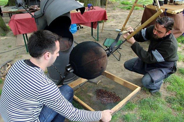 Redaktorka Deníku si na Helfštýně upražila kávu ve sto let starém přístroji