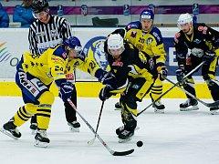 Hokejisté Přerova (ve žlutém) porazili doma Kadaň 3:2.