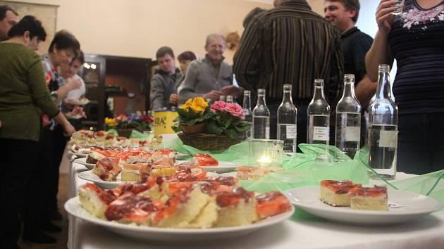 Osmadvacet vzorků slivovice a sedmnáct druhů koláčů mohli ochutnat všichni ti, kteří v sobotu 3. února vyrazili do Hluzova, místní části Černotína. Hluzovský slivkošt a soutěž o nejlepší koláč se v místní hospůdce konaly už podvanácté. Ujít si je nenechal