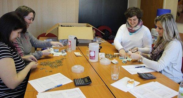Pracovníci oblastní charity a úředníci zodboru ekonomiky magistrátu vúterý přepočítávali výtěžek Tříkrálové sbírky vPřerově.