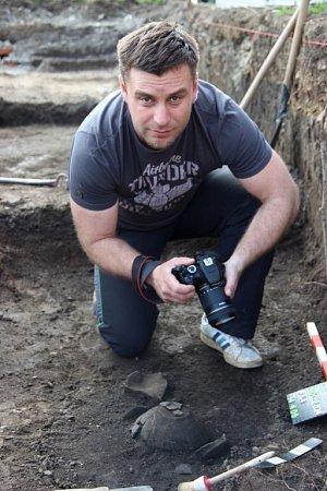 Přerovský archeolog Zdeněk Schenk upopelnicového hrobu zmladší doby bronzové.