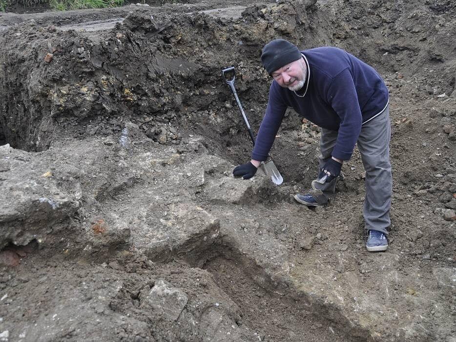 Archeologové Na Marku odkryli celý půdorys bratrské školy.