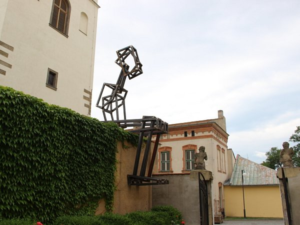 Kovové sochy jsou velkým lákadlem kletní návštěvě města Lipník nad Bečvou. Jakub Flejšar: Sedící figura.
