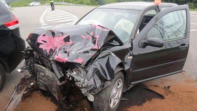 Šest lidí se zranilo ve středu při střetu dvou aut u křižovatky Na Horecku v Lipníku nad Bečvou.