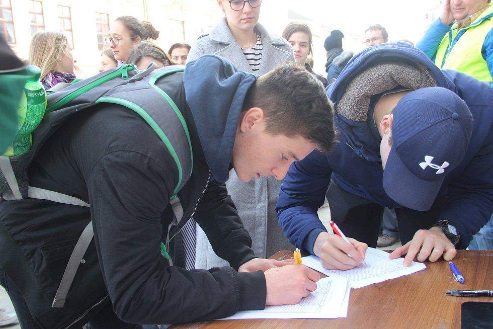K protestní stávce se ve čtvrtek v pravé poledne připojili také studenti Gymnázia Jakuba Škody v Přerově. Na Masarykovo náměstí jich dorazily na dvě stovky.