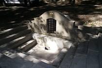 U obce Stará Ves byly opravena Svatá studánka.