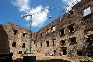 Rekonstrukce renesančního paláce na Helfštýně - archeologové odkryli v původních místnostech torza zeleně glazovaných kamnových kachlů.