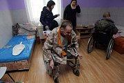 Sanitky, které zajistil ostravský magistrát, převezly osm zdravotně postižených z přerovské ubytovny v Dluhonské ulici.