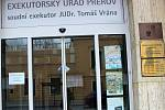 Situce na Exekutorském úřadě Tomáš Vrány v Přerově se ve středu ráno zklidnila – bylo totiž z technických důvodů zavřeno. Policie ale místo střežila celou noc.