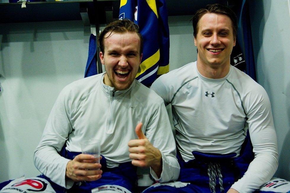 Hokejisté Přerova (v modrém) ve čtvrtém zápase předkola play-off WSM ligy proti Prostějovu zvítězili 4:2 a slavili postup. Mikuláš Zbořil a Lukáš Vágner.