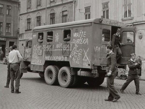 Snímky ze srpnového vpádu vojsk Varšavské smlouvy do Přerova vroce 1968.