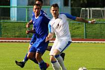 Fotbalisté Přerova v domácím utkání s TJ Sokol Ústí (v modrém). Lukáš Berky (v bílém)