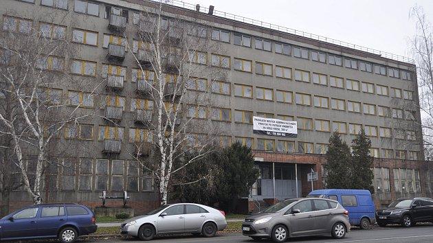Problémová sociální ubytovna v Tovární ulici v Přerově zeje prázdnotou, provozovatelé bývalou drážní budovu opustili.