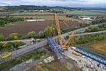 """Největší jeřáb v republice odstranil starý železniční most přezdívaný """"rámusák"""" na hlavní trati u Přerova, 26.9.2020"""