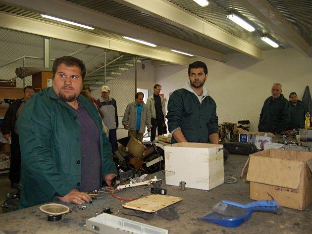 Přerovští Romové dostali šanci na uplatnění – ve firmě Josefa Lacka na zpracování elektroodpadu v areálu přerovské společnosti Kazeto. Někteří romští zaměstnanci nemohli sehnat práci více jak deset let.