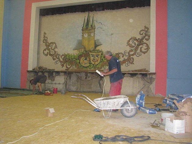 Oprava podlahy v dřevohostické sokolce