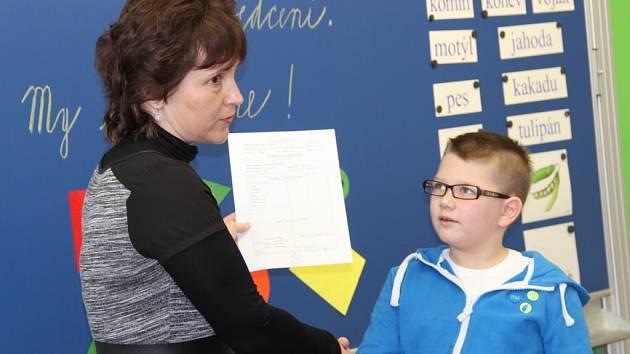 Předávání vysvědčení prvňáčkům na přerovské Základní školy Svisle