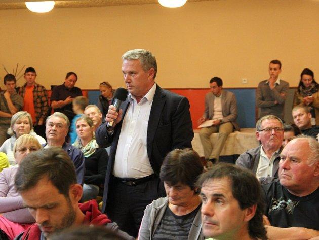 Emotivní debaty otrase D1 přes Dluhonice se vpátek účastnil iministr dopravy Dan Ťok.