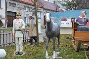 Na návsi v Dřevohosticích už jsou rozestavěny sochy velkého figurálního betlému, který vyrobil lidový umělec Alexandr Forýtek. Dílo je unikátní v tom, že některé postavy v životní velikosti  byly zhotoveny podle skutečných obyvatel Dřevohostic.