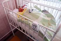 Přerovská nemocnice získala na dětské a novorozenecké oddělení dvanáct nových monitorů dechu.
