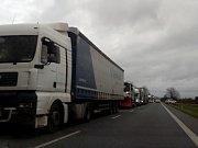 Kolony kamionu u Oseka nad Bečvou kvůli uzavřené dálnici D35 v pondělí 23. října 2017 odpoledne
