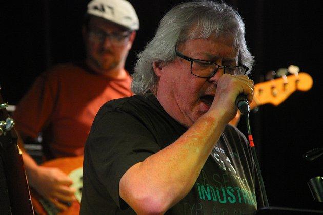 Na legendu českého rocku a blues Vladimíra Mišíka, který zahrál v úterý večer v přerovském klubu Teplo, dorazily na tři stovky posluchačů.
