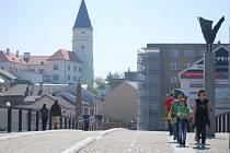 Nedávno dokončený Tyršův most, který měl být slavnostně uvedený do provozu 8. května, muselo město zpřístupnit lidem už v sobotu. Důvodem byl požár lávky U Loděnice, která je nyní uzavřená.