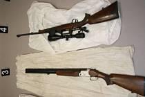 Zbraně, které si zloděj odnesl z domu v Kokorách