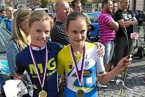 Přerovská cyklistka Aneta Lochmanová (vlevo).