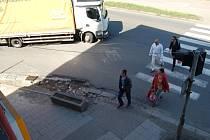 Zničené obrubníky a vozovka na rohu Husovy a Kojetínské ulice – to je výsledek dlouhodobě neřešené dopravní situace v této části Přerova