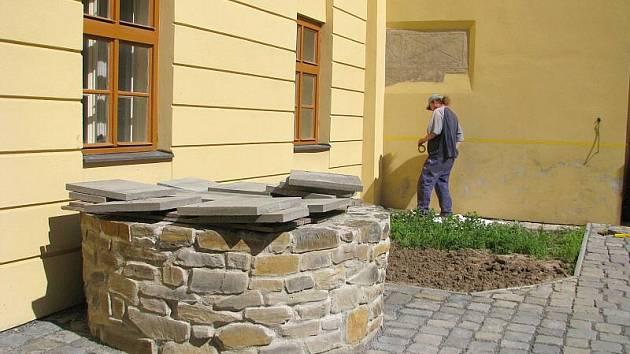 Obnovená studna u zámku v Lipníku