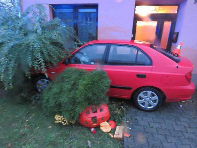 Opilá řidička nabourala v Lazníkách auto i dům