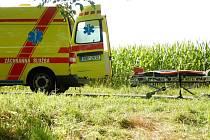Hasiči a záchranáři pomáhají muži, který se zranil při lovu sumce u Oseku nad Bečvou
