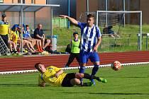 Fotbalisté SK Hranice (v modrém) doma nestačili na Kozlovice.