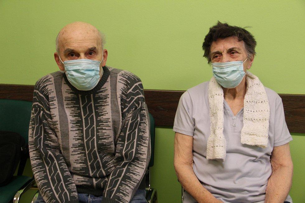 Na očkování proti nemoci covid-19 přišli ve středu dopoledne do přerovské nemocnice i manželé ze Staré Vsi.