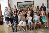 Sošku Scholar, kterou město Přerov každoročně oceňuje nadané žáky základních škol, si ve čtvrtek odneslo čtyřiadvacet dětí. Slavnostní předání ocenění se konalo v Mervartově pamětní síni přerovského zámku.