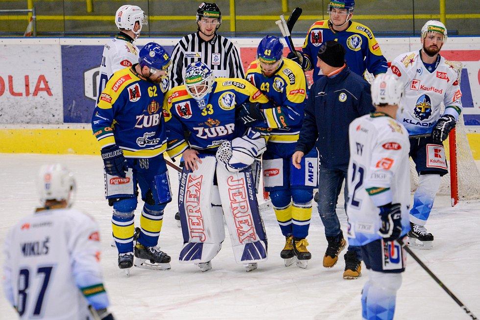 Hokejisté Přerova (v modrém) proti Kladnu. Zraněný Lukáš Klimeš