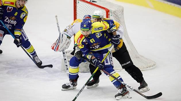 Hokejisté Přerova (v modrém) proti Kadani. Jakub Svoboda