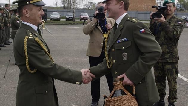 Vojáci 101. spojovacího praporu z Lipníku nad Bečvou se slavnostně rozloučili se svým dosavadním velitelem Josefem Barešem a přivítali ve funkci nového velitele Zdeňka Fofoňku.