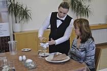 Své síly si poměřili ve čtvrtek v přerovské restauraci Bečva mladí kuchaři a číšníci z Čech a ze Slovenska.