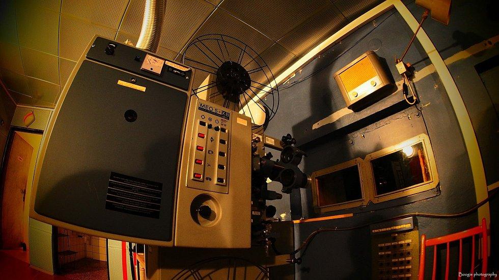 Naposledy mohli zájemci spatřit starý projektor  v přerovském kině Hvězda během Dnů evropského dědictví. Na snímku hlavní promítač Adam Frieber a v kostkované košili nejstarší promítač přerovského kina Hvězda Vladimír Odstrčil.