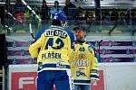 Hokejisté Přerova (ve žlutém) proti Sokolovu. Před utkáním klub oficiálně poděkoval za skvělé služby legendě přerovského hokeje Karlu Pláškovi staršímu.